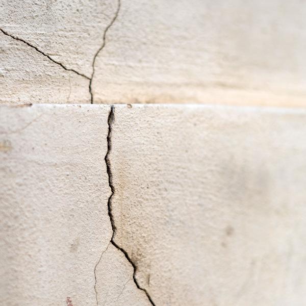 Odszkodowanie za spękane ściany, kto odpowiada za szkody?